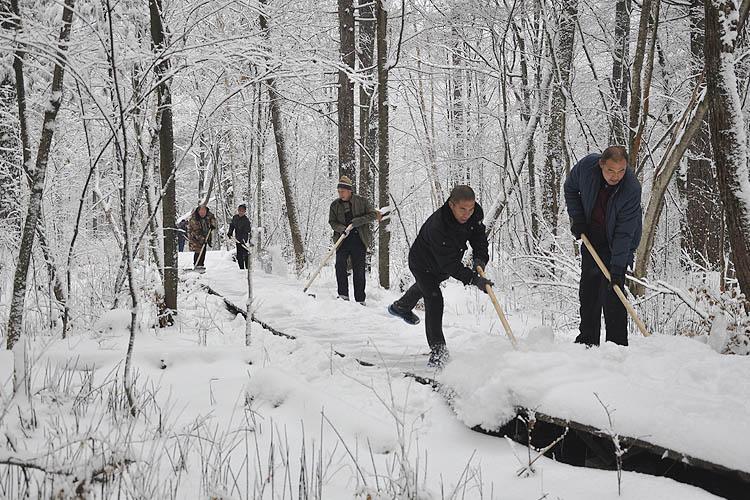 泉阳ballbet贝博客服集中清理景区栈道积雪为森林冰雪游打造良好环境