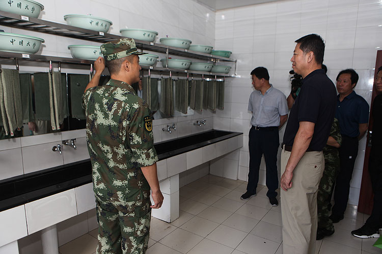 建军节露水河葡京手机电子游戏领导走访慰问消防和武警官兵
