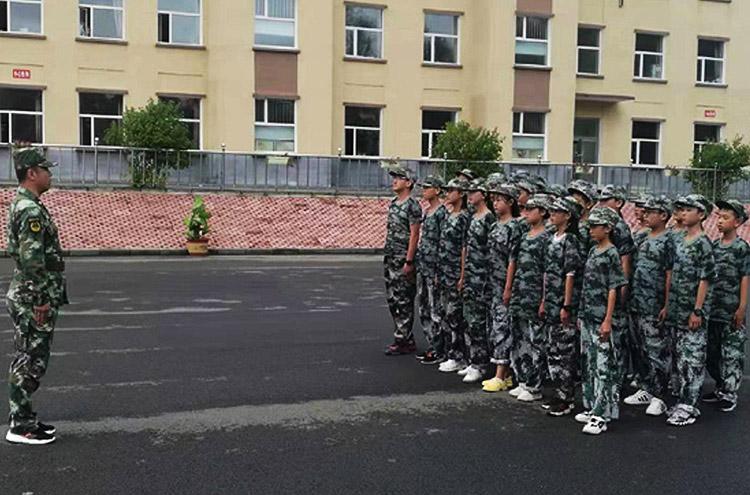 泉阳葡京手机电子游戏机械化扑火大队为入学新生进行军训
